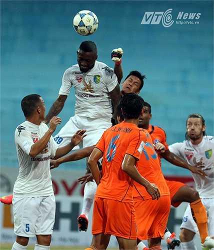 Trở lại với diễn biến của trận đấu, dù được xem là cuộc đấu nội bộ nhưng cả Hà Nội T&T và SHB Đà Nẵng không hề lương chân. (Ảnh: Quang Minh)