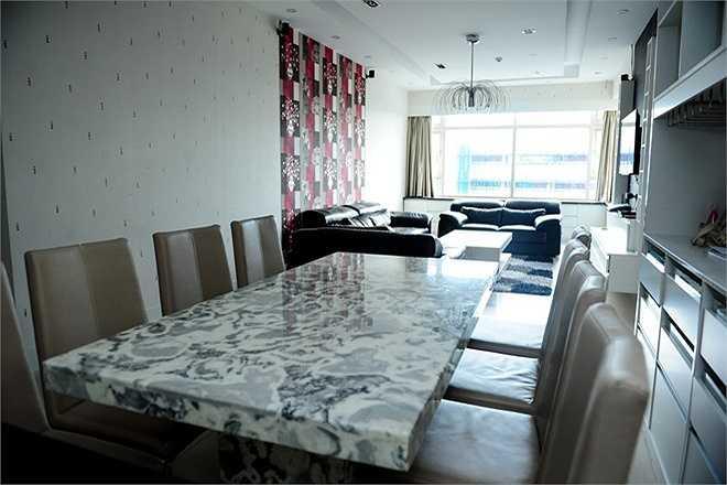 Phòng khách và khu bếp được thiết kế với không gian mở nối liền nhau. Ngoài ra,căn hộ của Quỳnh Chi có 3 phòng ngủ, trong đó phòng riêng của người đẹp có diện tích rộng nhất. Cựu hot girl chia sẻ, đây là không gian lý tưởng để cô nghỉ ngơi, nạp năng lượng sau một ngày làm việc mệt mỏi.