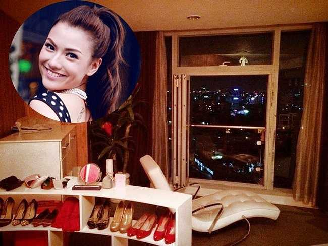 Đầu năm 2014, người mẫu Hồng Quếchia sẻ một vài hình ảnh về căn hộ chung cư nằm ngay trung tâm quận 1 - TP HCM.Từ đây, người đẹp có thể ngắm nhìn thành phốtừ trên cao, qua khung cửa kính rộng. Hồng Quế đã bỏ ra số tiền không nhỏ để sở hữu không gian sống lý tưởng và đẹp mắt như thế này.