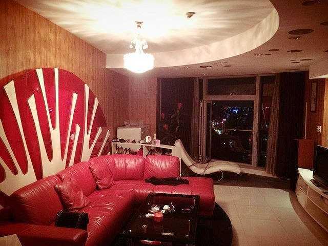 Căn hộ được thiết kế sang trọng, lấy tông màu nâu - đỏ làm chủ đạo, nhằm tạo không gian ấm cúng.Bộ ghế sofa màu đỏ làm điểm nhấn cho không gian luôn tươi mới, trẻ trung