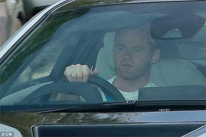 Dẫn đầu là thủ quân Wayne Rooney. Wazza có mặt tại sân tập AON từ khá sớm