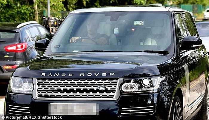 Trên chiếc Range Rover quen thuộc, Van Persie cũng xuất hiện bất chấp tin đồn chuyển sang Fenerbahce