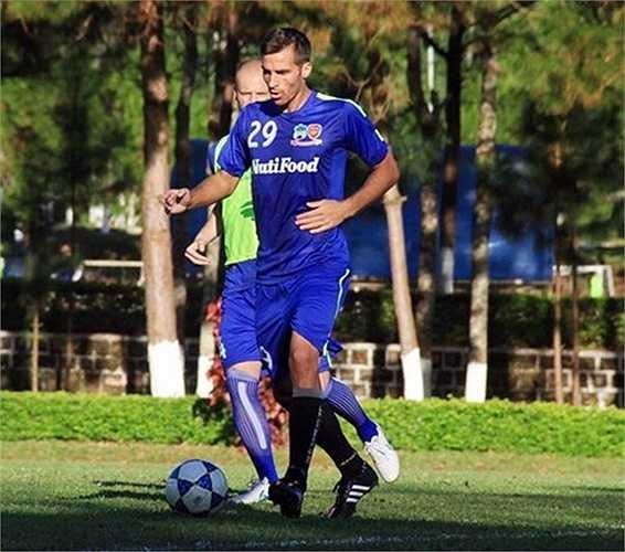 Mitja Morec đến HAGL thử việc vào giai đoạn đầu của V.League. Nhưng sau thời gian thử việc, cầu thủ Slovenia này đã bị thanh lý hợp đồng khi bị phát hiện bị bệnh tim.