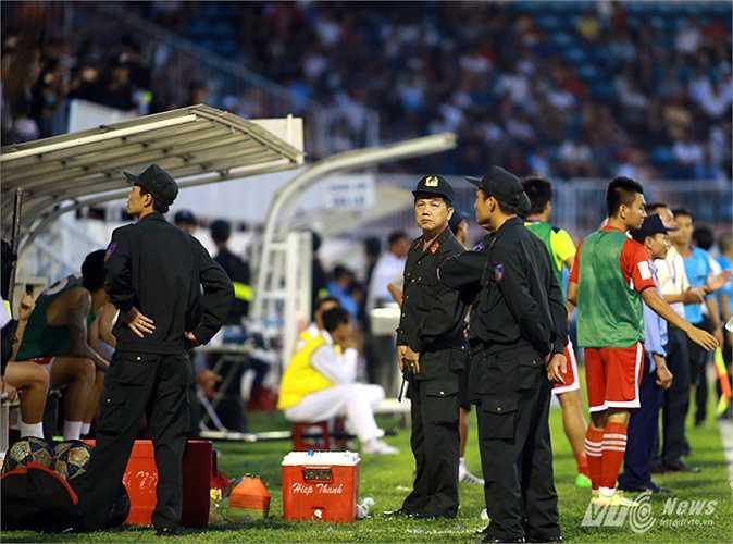 Lực lượng cảnh sát bảo vệ các cầu thủ Hải Phòng và tổ trọng tài sau trận đấu (Hà Thành - Ảnh: Minh Trần)