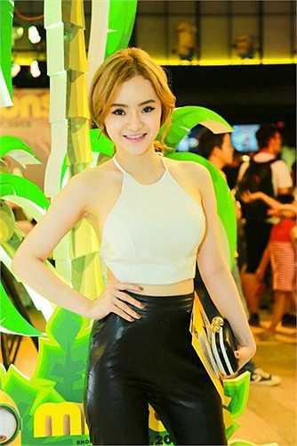 Dù tuổi đời còn nhỏ, nhưng Phương Trang đã có xu hướng sexy lấn át chị gái.