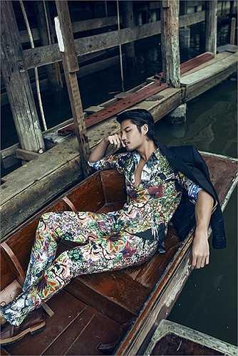 Dù khá bận rộn với lịch công việc nhưng Hồ Vĩnh Anh vẫn dành một khoảng thời gian riêng để thực hiện bộ ảnh thời trang mới, gửi đến khán giả tại Việt Nam. Thông qua bộ ảnh được thực hiện tại chợ nổi cách thủ đô Bangkok 150 km, nam diễn viên cho thấy hình ảnh lột xác từ vẻ đẹp thư sinh, đặc trưng các hot boy để trở nên chững chạc, lịch lãm và thời trang hơn.