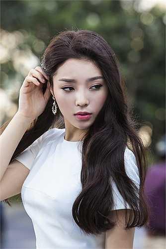 Trong bộ ảnh mới, Kỳ Duyên thể hiện 5 phong cách khác nhau, kết hợp các trang phục khá đơn giản, make-up nhẹ nhàng với kiểu tóc phù hợp