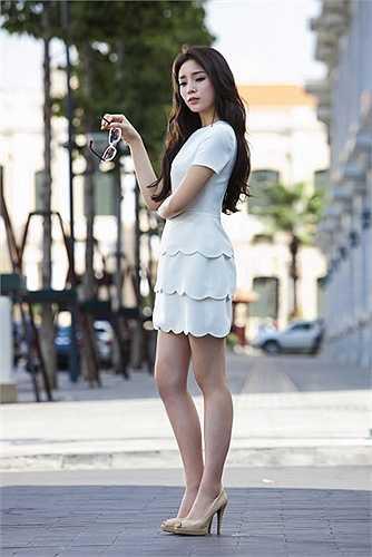 Qua đó, người đẹp thành Nam cho thấy một vẻ đẹp hoàn chỉnh từ sự kết hợp hài hòa giữa trang phục và kiểu tóc.