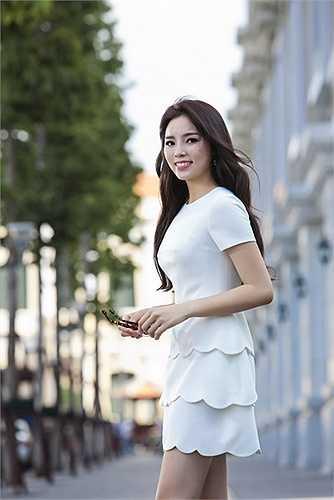 Với trang phục của nhà thiết kế Lê Thanh Hòa, Kỳ Duyên tự tin khoe hình ảnh năng động, trẻ trung cùng những chiếc váy dáng suông hay điệu đà với đầm xếp ly.