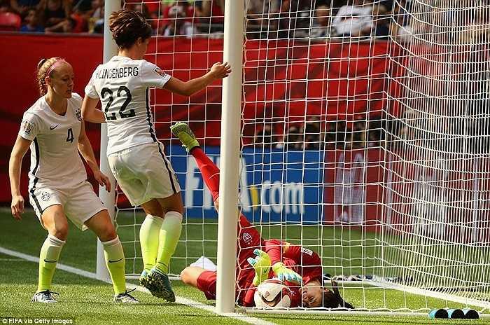ĐT Nhật có thêm bàn gỡ thứ 2 ở phút 52, sau khi Johnston đá phản lưới nhà