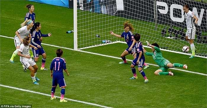 Tuy nhiên chỉ 2 phút sau đó, Tobin Heath xác lập cách biệt 3 bàn cho ĐT Mỹ