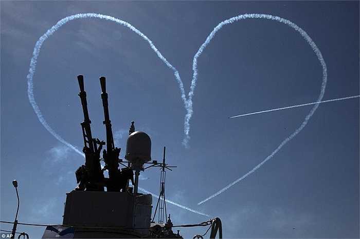Đội bay nổi tiếng RUS gồm các chiến cơ L-39 của Nga trình diễn khai mạc triển lãm