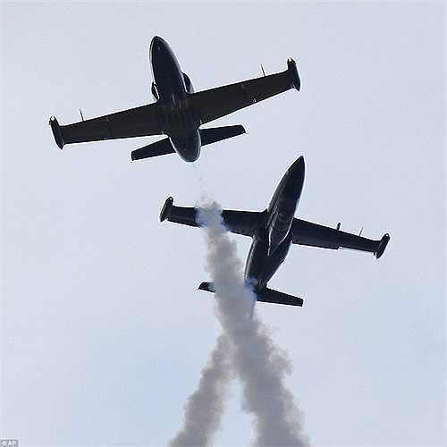 2 chiến cơ L-39 vẽ hình trái tim trên bầu trời