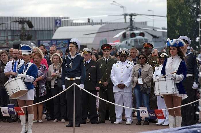 Khách tham dự triển lãm có thể tận mắt nhìn thấy tàu chiến, trực thăng, vũ khí quân sự và thậm chí cả tàu ngầm