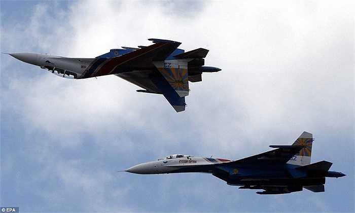 Phi công Nga khéo léo điều khiển chiếc Su-27