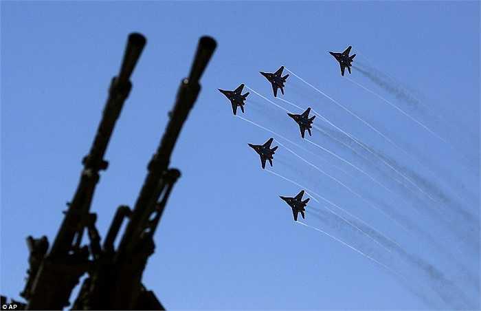 Đội bay Swifts gồm các chiến cơ MIG-29 của Nga làm mãn nhãn khách tham dự triển lãm hàng hải quốc tế 2015