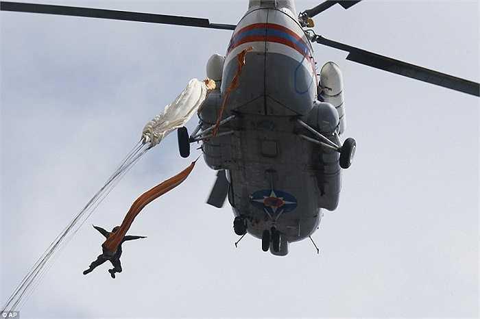 Lính dù nhảy xuống từ chiếc trực thăng