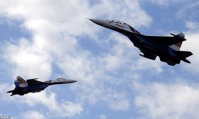 2 chiếc Su-27 chuẩn bị lướt qua nhau