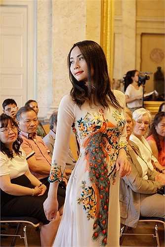 TK Lan Hương chia sẻ: 'Được vào trình diễn tại Cung điện cổ này là một niềm tự hào rất lớn cho riêng tôi cũng như thời trang Việt Nam, vì Palais am Festungsgraben là nơi tổ chức các sự kiện mang tính văn hóa và nghệ thuật được tuyển lựa rất gắt gao'.