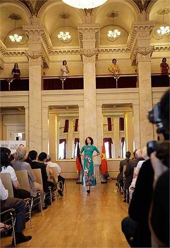 Nhân dịp kỷ niệm 40 năm quan hệ ngoại giao Việt Nam - Cộng hòa Liên bang Đức, đêm thời trang 'Bản sắc trong đa dạng' tôn vinh NTK Việt Nam - Lan Hương và NTK người Tây Ban Nha- Diego Cortizas (thương hiệu ChuLa) diễn ra tại Cung điện cổ thuộc Berlin, Đức.