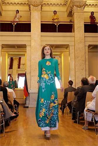 Chương trình đưa tới quan khách và khán giả Berlin hai bộ sưu tập áo dài và hai bộ sưu tập thời trang hiện đại cao cấp của NTK Lan Hương và NTK Diego Cortizas.