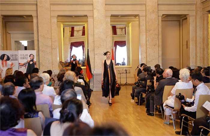 Khách mời của đêm diễn là các vị đại sứ đặc mệnh toàn quyền và phu nhân của các quốc gia có Đại sứ quán tại Berlin. Bà chủ tịch hội đại sứ các nước tại Berlin (Mania Feilcke-Dierck), chủ câu lạc bộ đại sứ đánh giá rất cao gu thẩm mỹ của 2 NTK trong Chương trình.
