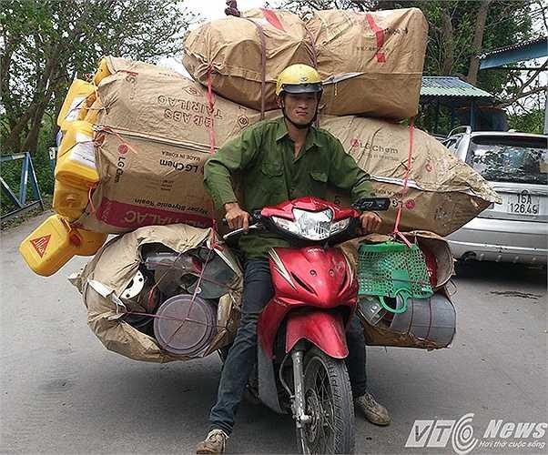 Trên các tuyến đường từ nông thông đến thành thị, từ huyện lộ, tỉnh lộ đến quốc lộ của của TP Hải Phòng không hiếm gặp những chiếc xe mô tô chở hàng hóa cồng kềnh như thế này.