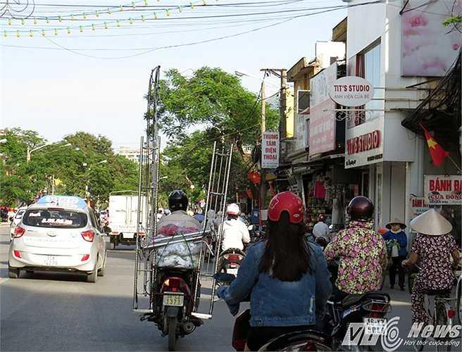 Chở khung Inox cao vút giữa đường phố, chỉ còn một khoảng cách rất gần với những đường dây điện bắc ngang đường.
