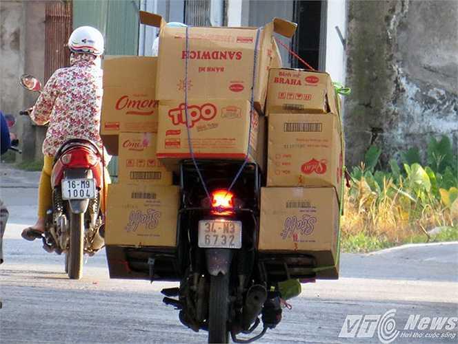 Những chiếc xe chở hàng hóa cồng kềnh cứ vô tư lưu thông qua từng con đường, từng tuyến phố.