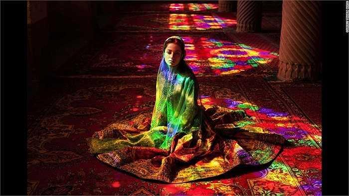 Cô quyết tâm đi để thực hiện dự án Atlas of Beauty. Cô gái ngồi trong thánh đường Hồi giáo Nasir Al-Mulk ở Shiraz, Iran