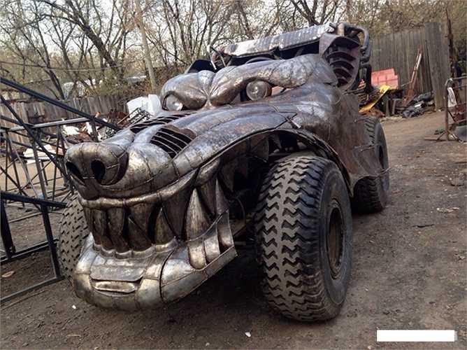 Lấy cảm hứng từ bộ phim bom tấn giả tưởng Mad Max của Hollywood, chiếc xe do một xưởng độ ở ngoại ô Maxcơva (Nga) chế tạo, được đặt tên là Dragon Wolfen (Rồng sói).