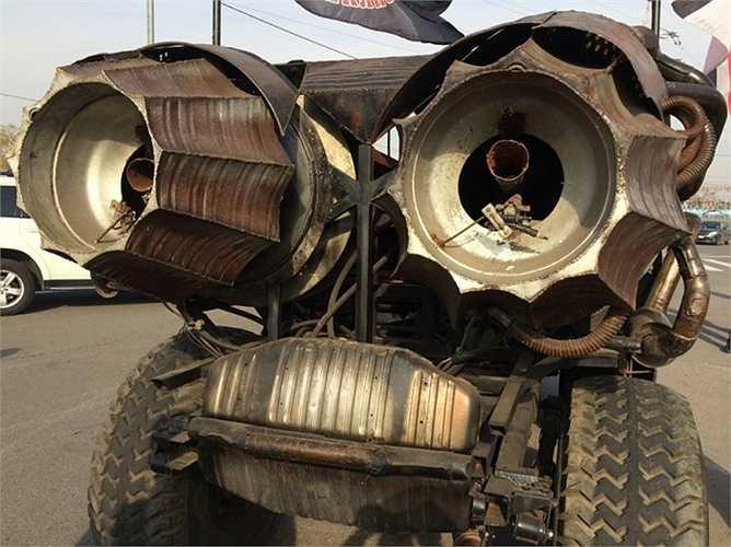 Trên đường, chiếc xe chạy bằng động cơ xăng thông thường nhưng xe có thể vọt lên như tên lửa khi cặp động cơ phản lực phía sau được kích hoạt. (Trần Anh)