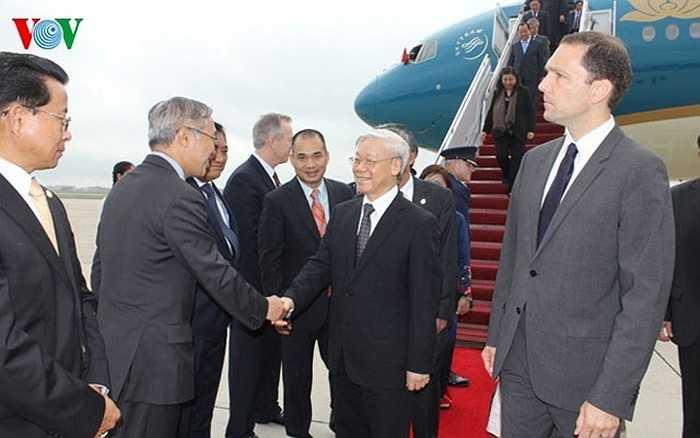 Ra sân bay đón đoàn có Quyền Trợ lý Bộ trưởng Bộ Ngoại giao Hoa Kỳ Scot Marciel, Đại sứ Hoa Kỳ tại Việt Nam Ted Osius cùng một số quan chức chính quyền Hoa Kỳ.