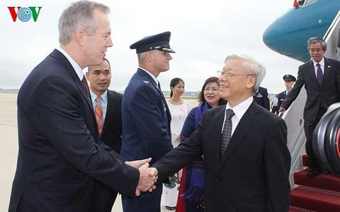 Đại sứ Hoa Kỳ tại Việt Nam Ted Osius có mặt trong đoàn ra sân bay đón chào Tổng Bí thư Nguyễn Phú Trọng.