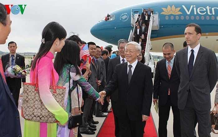 Tổng Bí thư bắt tay, thăm hỏi đại diện cộng đồng người Việt ra đón đoàn.