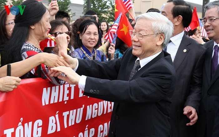 Đại diện Cộng đồng người Việt ở Washington DC ra đón chào Tổng Bí thư Nguyễn Phú Trọng.