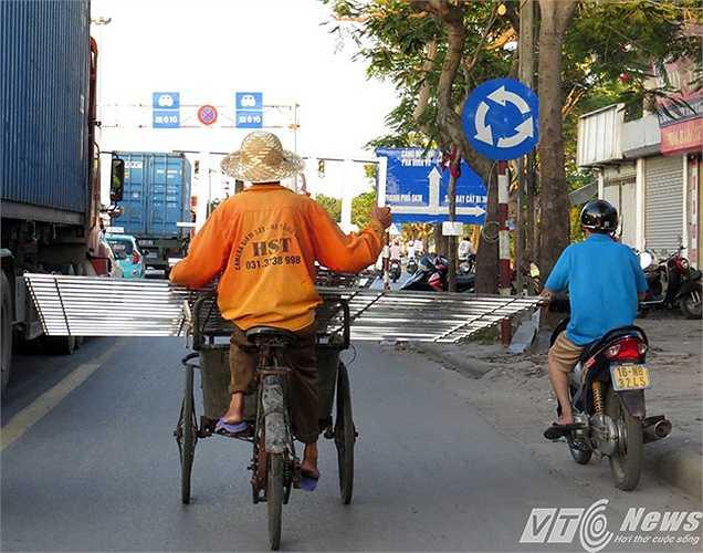 Trên đường Nguyễn Bỉnh Khiêm (thuộc Quốc lộ 5), bác xích lô chở khung sắt chiếm chọn phần đường dành cho xe mô tô, xe thô sơ.