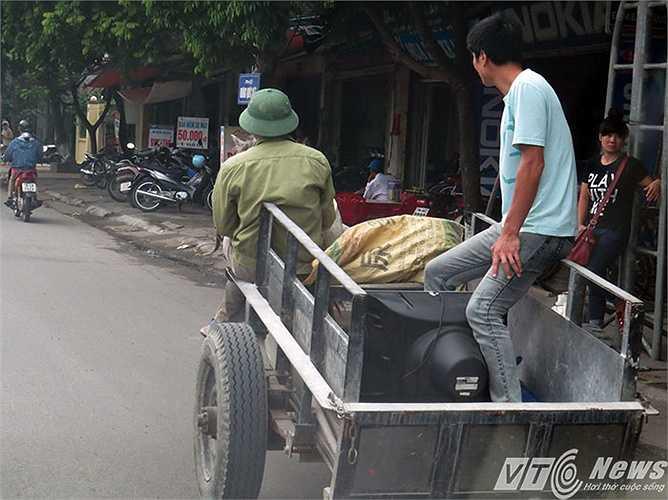 Xe ngựa chở hàng trên đường phố quận Kiến An (Hải Phòng)