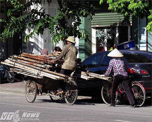 Sẽ là xui xẻo với ô tô con hoặc xe mô tô nếu va chạm với chiếc xích lô đang lưu thông trên đường Nguyễn Văn Linh.