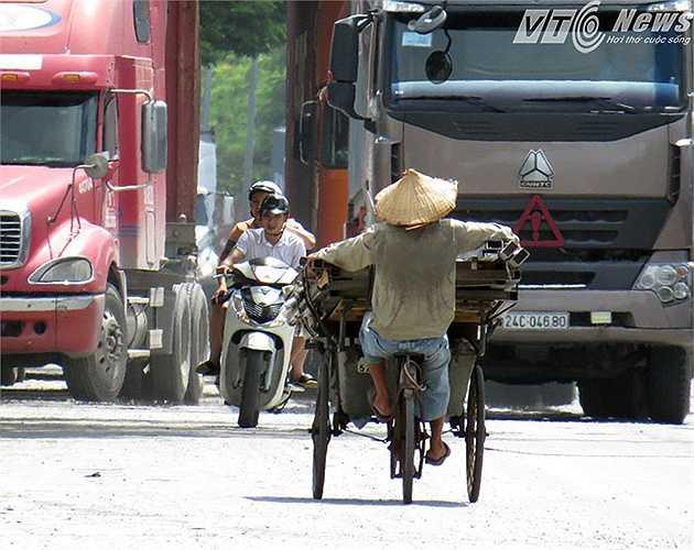Một chiếc xích lô chở cốp pha cồng kềnh, nghênh ngang đi ngược chiều, sai làn đường, đối đầu ô tô trên đường Nguyễn Bỉnh Khiêm (thuộc Quốc lộ 5).