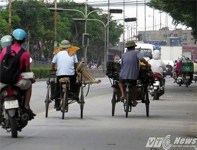 Chiếc xích lô này đang đua tốc độ, chở theo chiếc thang dài 5-6m, gây nguy hiểm cho các phương tiện đi cùng chiều trên đường Nguyễn Bỉnh Khiêm.