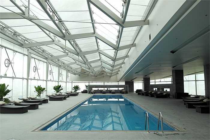 Bể bơi nằm trên tầng thượng của khách sạn cũng là nơi mà các cầu thủ Man City có thể thoải mái thứ thái.
