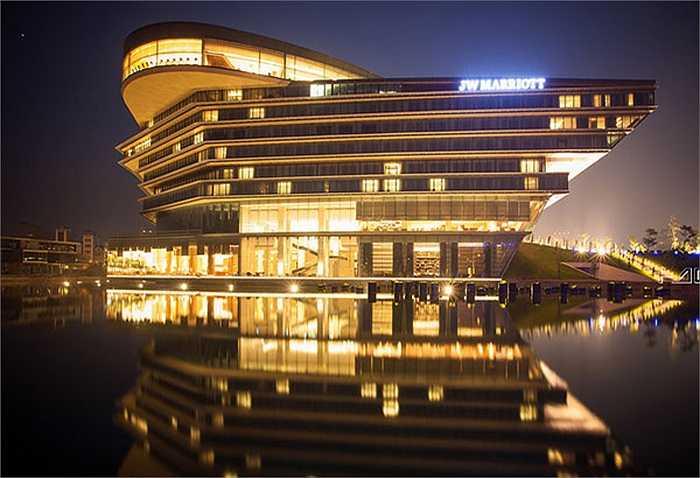 Và ông Manuel Pellegrini đã chọn khách sạn có kiến trúc lạ mắt nhất Hà Nội.