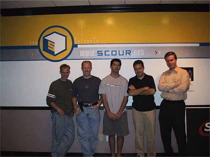 Nhưng ông đã bỏ học để cùng 2 người bạn Michael Todd và Vince Busam tập trung cho dự án công cụ chia sẻ dữ liệu ngang hàng Scour