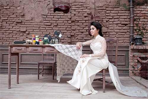 Trong bộ ảnh mới, cô khỏe vẻ nữ tính, đằm thắm trong bộ áo dài truyền thống của dân tộc.