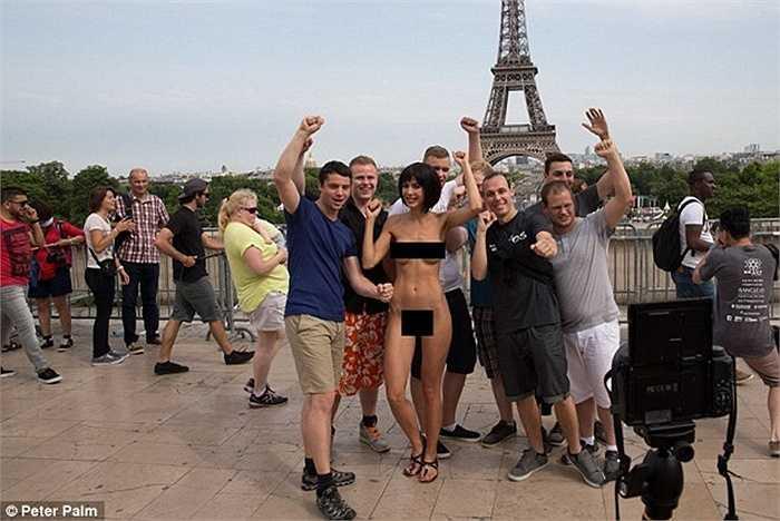 Milo Moiré, 31 tuổi chụp ảnh khỏa thân cùng du khách