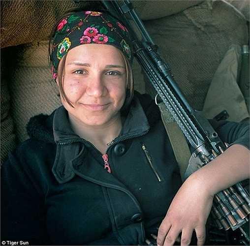 Một nữ chiến binh chống IS bên vũ khí của cô