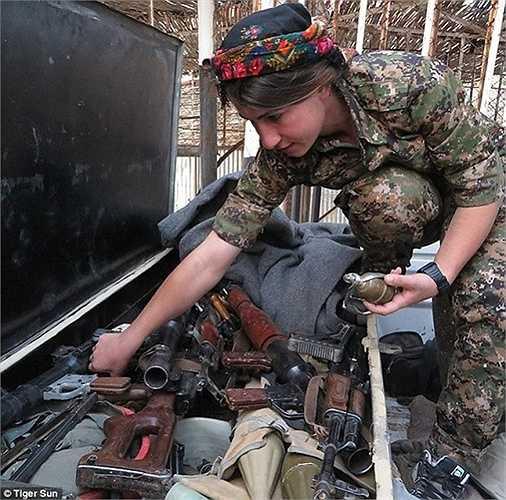 Tiger chụp ảnh một đồng đội đang tìm kiếm lựu đạn trong hòm vũ khí