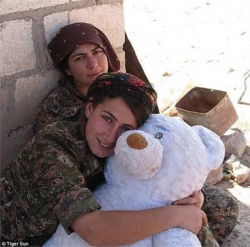 Những nữ chiến binh chống IS là đồng đội của Tiger Sun