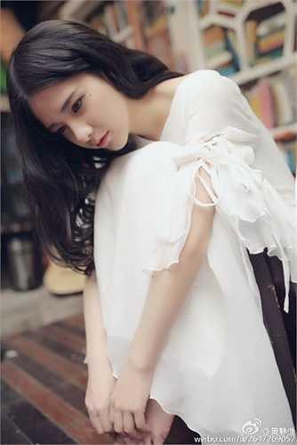 Trong bộ ảnh mới đây, cô tạo hình theo kiểu quyến rũ, sang trọng nhưng vẫn giữ được vẻ đẹp trong sáng vốn có.